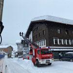 Dachwechten abstechen Gemeindegebäude, mit Drehleiter FF Lech