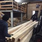 Gemeindeholz ins Holzlager schlichten