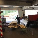 Holz abladen vom U400 mit Tandemhänger