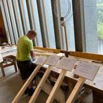Schilderproduktion Covid-Informationen für Waldbad in der Tischlerei