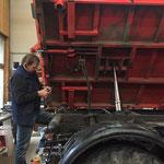 Neue Hydraulikschnellverschlüsse am U400 Kipper anbringen