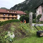 Gärtnerarbeiten beim Lech-Schriftzug