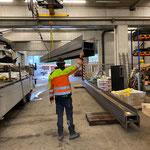 Stahlträger abladen für Neuaufbau Brücke Jägerheim