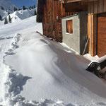 Winterwanderweg Kriegeralpe, Bänke und Liegen frei machen bei der Grubenalpe
