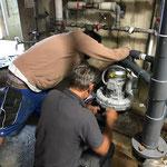Pumpenreparatur im Technikraum Schwimmbad
