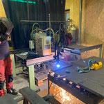 Schneidarbeiten mit dem Plasmaschneider in der Schlosserei