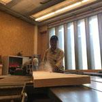 Sägearbeiten für neue Spazierwegbänke in der Tischlerei