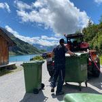 Mülldienst am Spullersee, mit Steyr 6190 CVT und Kehrmaschinenanbau, Jäckle Containerhänger
