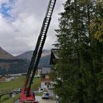 Christbaumbeleuchtungsprojekt unterstützen mit Drehleiter FF
