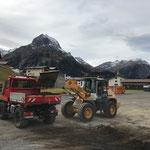Ladetätigkeit am Schlosskopfparkplatz für Wegsanierung Stubenbach