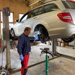 Gemeinde-Mercedes, Bremsleitung reparieren in der Werkstatt