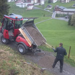 Wegebau: Flickschotter schütten, Weg Richtung Oberstubenbach
