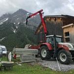 Verschalung verladen Baustelle Gasthaus Älpele, mit Steyr 6190 und Epsilonkran