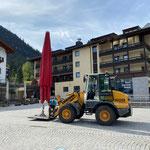 Schirmtransport für offizielle Eröffnung Waldbad Lech