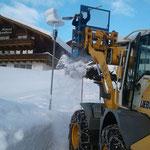 Laterne  vom Schnee befreien und reparieren am Tannberg