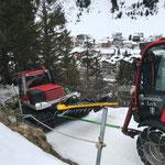 Assistenzeinsatz für Pistenbully Paana am Burgwaldweg aufgrund Glatteis, mit Holder C70 SC
