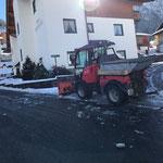 Schneeräumung mit Holder für bevorstehende Asphaltierungsarbeiten in Stubenbach