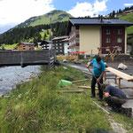 16. Juli:  Hülsen für Zaunpfähle setzen und betonieren