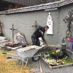Urnenschächte setzen am Friedhof