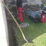 Graben schaufeln für Umleitung Wasserentnahmestelle am Friedhof