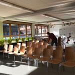 Schulwart-Krankenstand-Assistenzeinsatz in der Neuen Mittelschule, aufstuhlen für Veranstaltung in der Aula