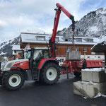 Betonklötze abladen für Baugrubensicherung Gemeindezentrum