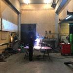 Schweißarbeiten an den neuen Fahrradübergängen in der Schlosserei
