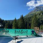 Sichtschutz aufhängen Bauzäune Sportbecken Waldbad