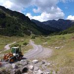 Radladerkehrmaschine im Einsatz Richtung Dalaaser Staffel