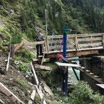 Reparatur Geländer vor Bodenalpbrücke nach Beschädigung durch Rinder