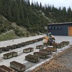 Gemeinde Blumentröge vertikutieren und mit frischer Erde bestücken beim Heizwerk Lech