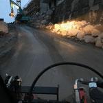 Tigewosi-Baustellen-Zufahrt Stubenbach reinigen für Abtransport Kran mit Tieflader