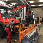 Unimog 400, Splittstreuer und Pflug abbauen und reinigen