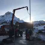 Straßenlaternenmasten setzen Baustelle Gemeindezentrum