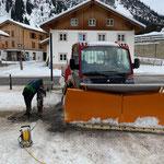 Hülsen betonieren für Absperrpfosten Bergbahn Oberlech und Säule Pensionsbeschilderung