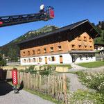 Blumenkisten Gemeindegebäude stellen und Fahne Museum Huber-Hus reparieren, mit Drehleiter FF Lech