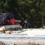 Baustelle Kinderbecken: Schweißgasleitungen für Holder-Überfahrt eingraben