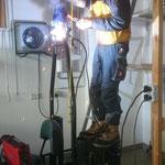 Reparaturarbeiten an der Blaulichthalterung Skidoo Pistenrettung
