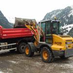 Material laden am Bauhofdach für Böschungsarbeiten