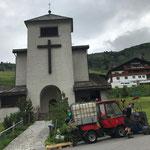 Rasenpflege um die Bergkirche Zürs