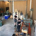 Grillholz hacken in der Tischlerei