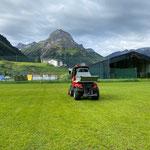Fußballplatz Rasen mähen