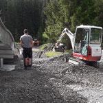Waldbad: Rollkies ausbringen unter Breitwellenrutsche