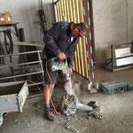 Gatter-Hülse mittels Schremmen von Beton freilegen