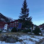 Solarpanel für Christbaumbeleuchtung Zürs Kreisverkehr stellen