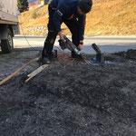 """Baustelle """"Chalech"""": Fundamentrohr für Straßenbeleuchtungsmasten nach Beschädigung durch LKW für das Neusetzen vorbereiten"""