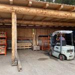 Grillplatz-Service: Leere Grillholzkisten stapeln am Bauhof