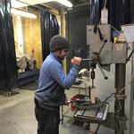 Löcher bohren für Klammern Wasserrinnen/Wegebau