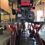 Holder Kehrmaschine abschmieren und Fahrzeugpflege auf der Hebebühne