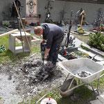 Nächsten Urnenschacht setzen, Friedhof